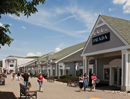 Woodbury Common Premium Outlets- Lady Shopping